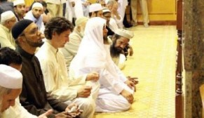 justin-trudeau-praying-in-mosque-e1445507570315